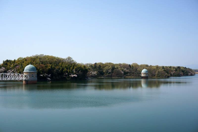 春の多摩湖給水塔
