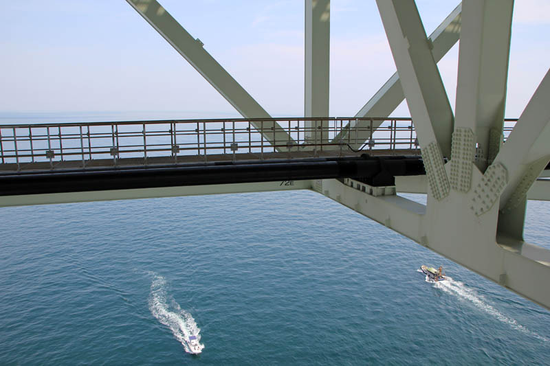 明石海峡大橋から見下ろす海