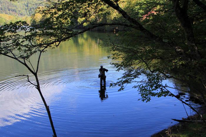 湯ノ湖の釣り人