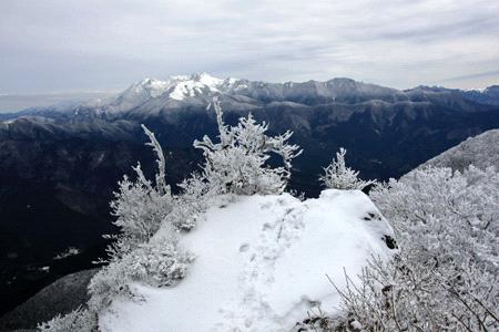 雪の石墨山の岩場