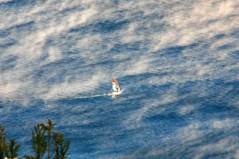 肱川あらしでウインドサーフィン