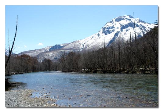 春の焼岳と大正池