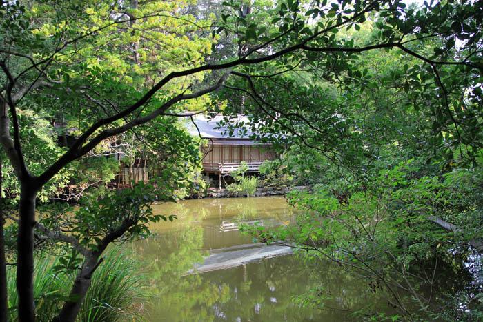 勾玉池と豊川茜稲荷神社