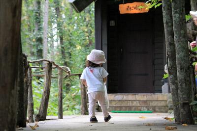 森の時計幼児連れ
