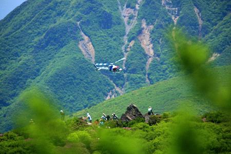 山頂を飛ぶヘリコプター