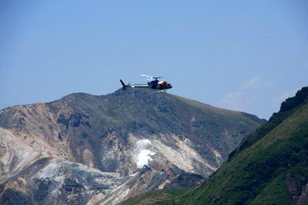 火山とヘリコプター