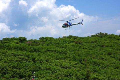 登山者とヘリコプター