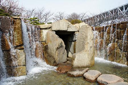 瀬戸大橋記念公園くぐり滝