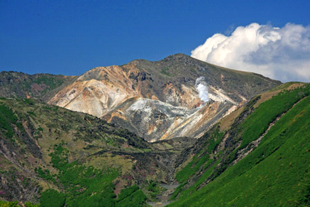 噴煙あげる硫黄山