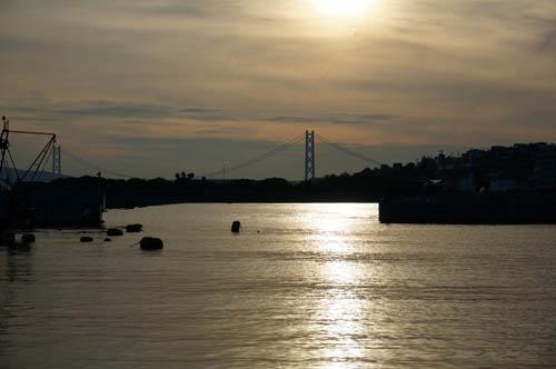 塩屋漁港から望む明石海峡大橋の夕景
