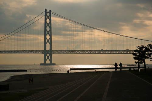 アジュール舞子と明石海峡大橋