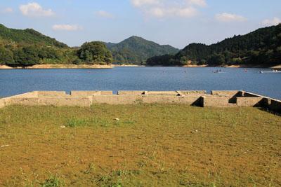 龍岡小学校跡と玉川湖