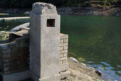 玉川湖の龍岡小学校跡