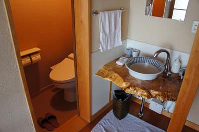 民宿名駒トイレと洗面所