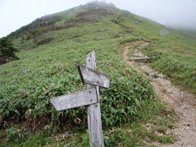 剣山と次郎岌の稜線の鞍部