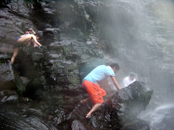 ピナイサーラの滝にうたれる