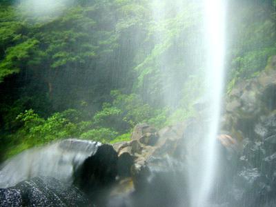 ピナイサーラの滝に打たれる