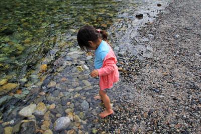 梓川で水遊び