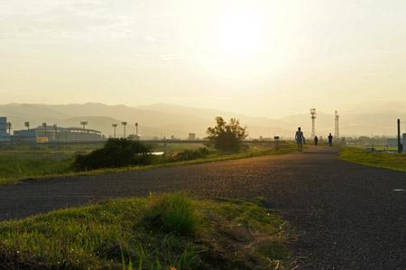 重信川朝の河川敷