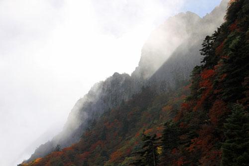 雲と紅葉の石鎚山