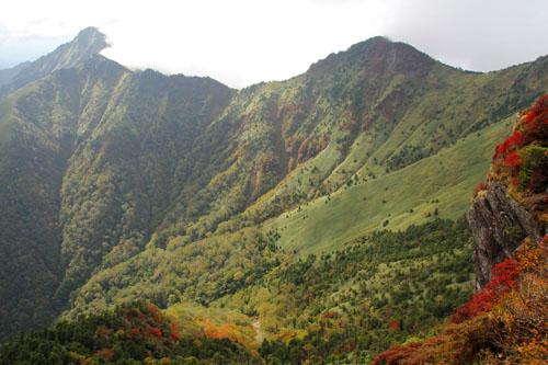 紅葉の西ノ冠岳と二ノ森