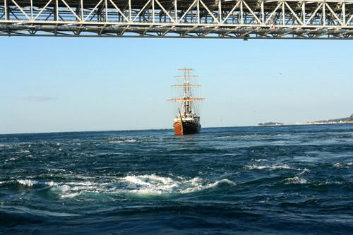 鳴門の渦潮と観潮船