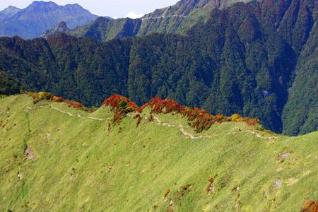 紅葉の伊予富士の稜線と石鎚山