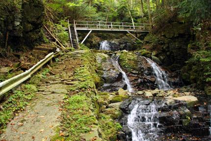 白糸の滝への遊歩道