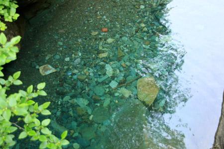 別子銅山を流れる川