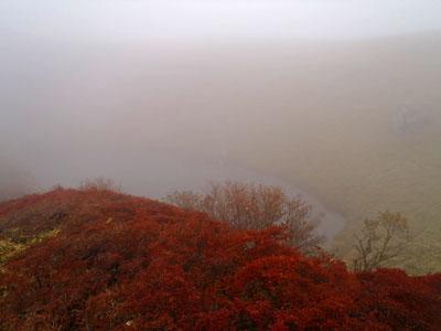 紅葉の三嶺の池