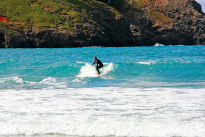 小港海岸でサーフィン