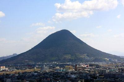丸亀城から望む讃岐富士
