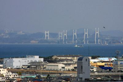 丸亀城から望む瀬戸大橋