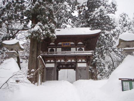 雪の大山寺山門