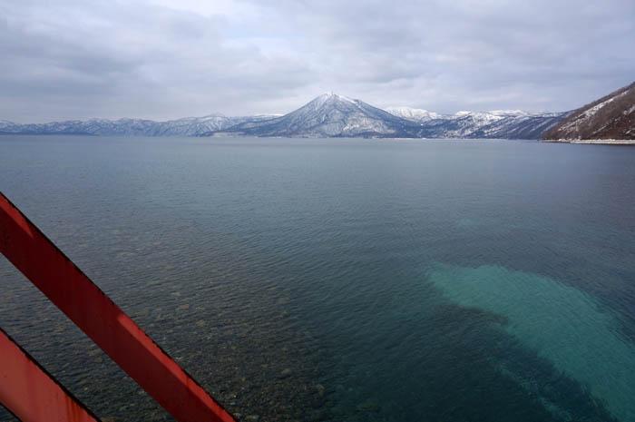 冬の支笏湖と恵庭山