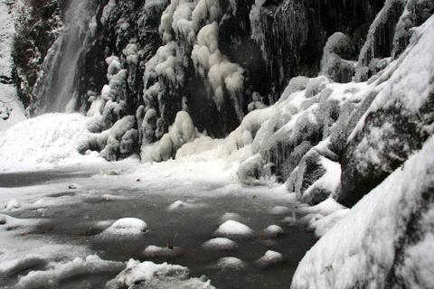 白猪の滝凍った滝つぼ