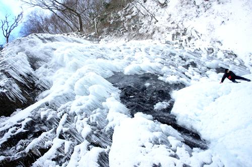 雪の白猪の滝