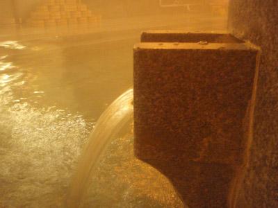 椿の湯湯舟