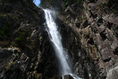 見上げる御来光の滝