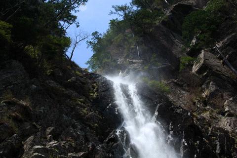 御来光の滝を見上げる