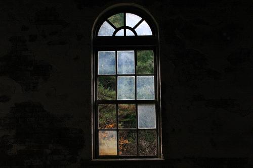 第三変電所の窓