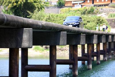 岩間沈下橋を渡る