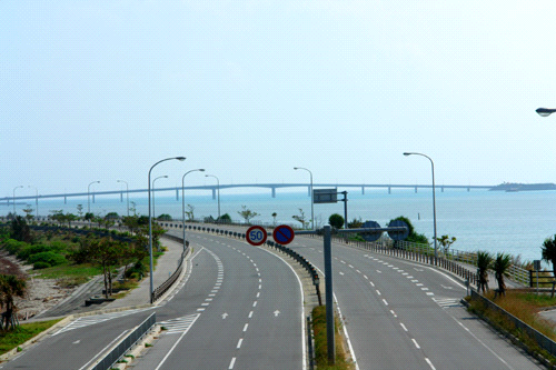 海中道路と浜比嘉大橋