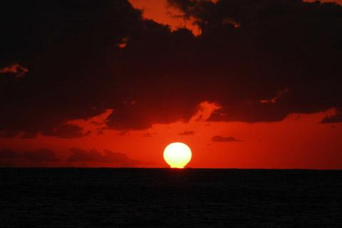 父島のだるま夕日