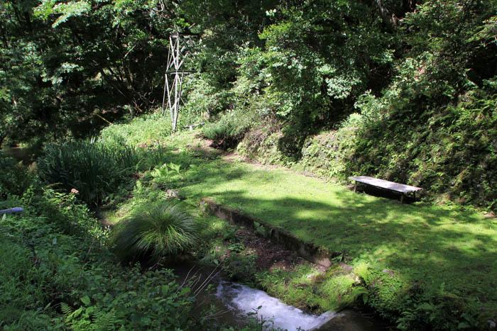 小瀬温泉ホテル前の小川